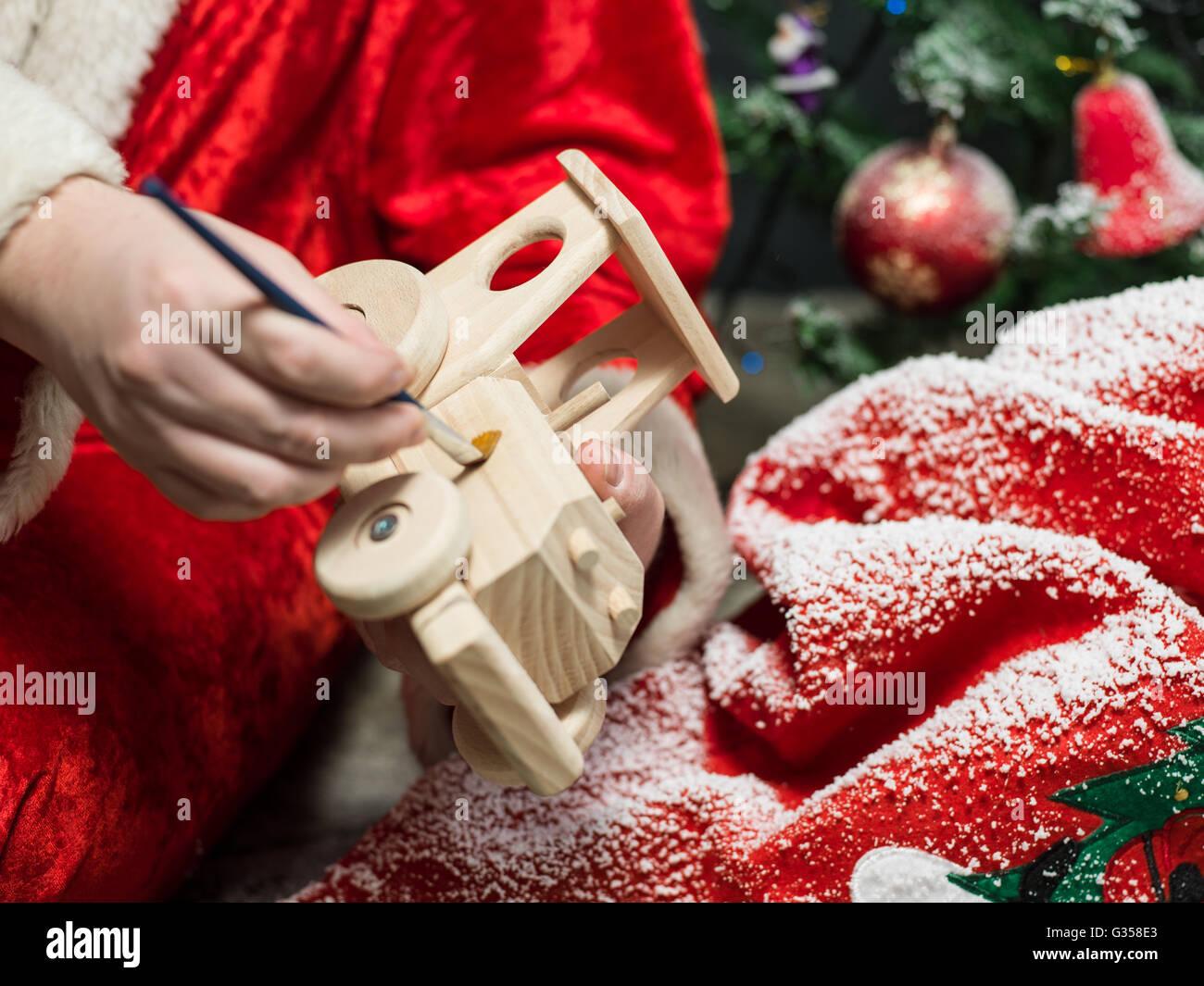Babbo Natale pittura giocattolo di legno con gouache Immagini Stock