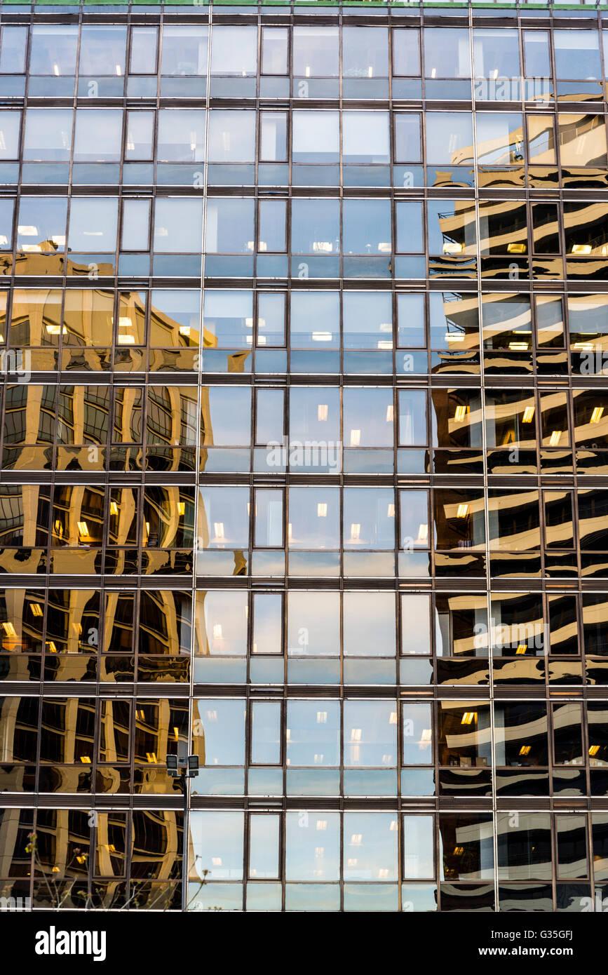 Riflessioni nel palazzo di vetro Immagini Stock