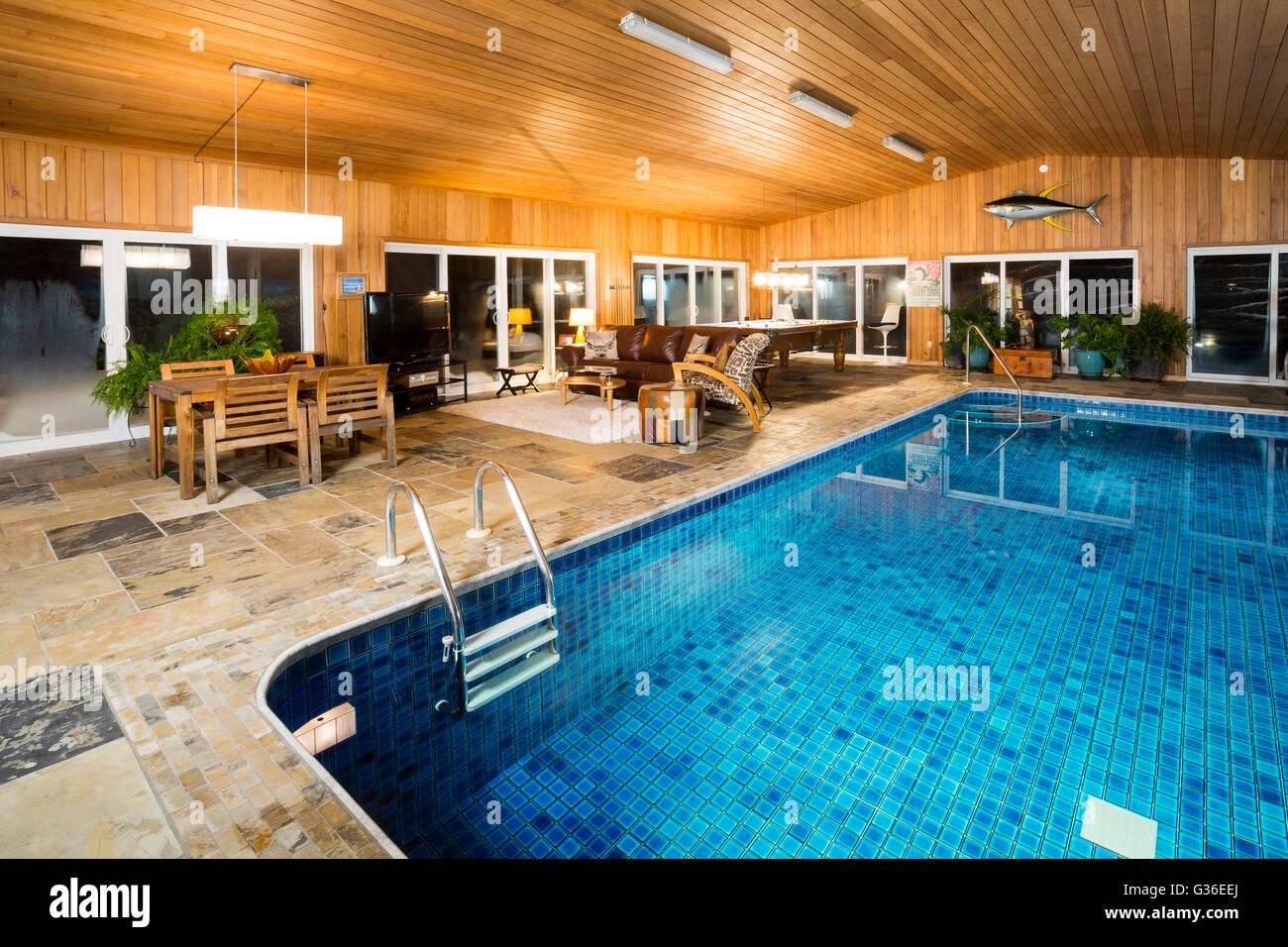 Casa con piscina coperta america del nord canada ontario foto immagine stock 105249274 alamy - Piscina interna casa ...