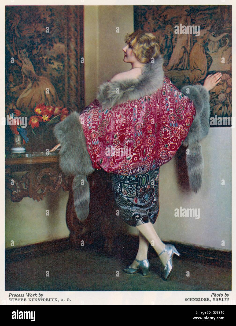 Blonde modello in una pelliccia rifilati wrap   camicia in un modo  altamente ornati in tessuto 7d674779fe0