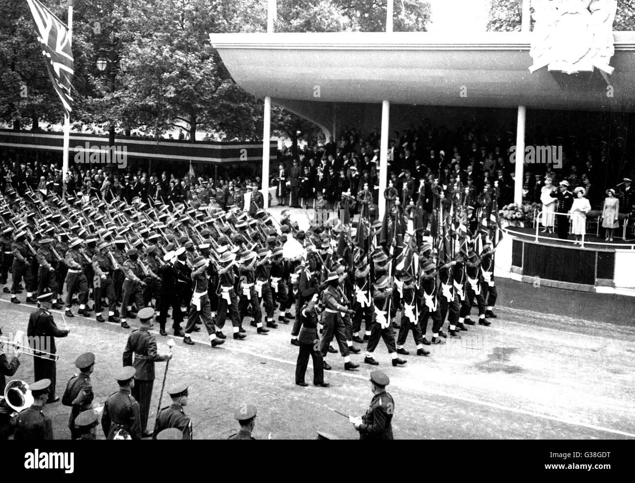 La Victory Parade : una sezione della centrale ed orientale contingente africano passa il salutando la data di base: Immagini Stock