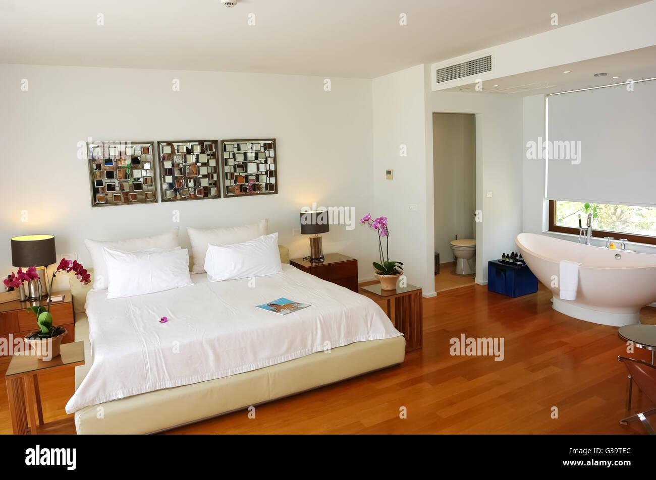 HERAKLION, Creta, Grecia - 13 Maggio 2014: l'interno camera con un grande letto matrimoniale e bagno in un moderno Immagini Stock