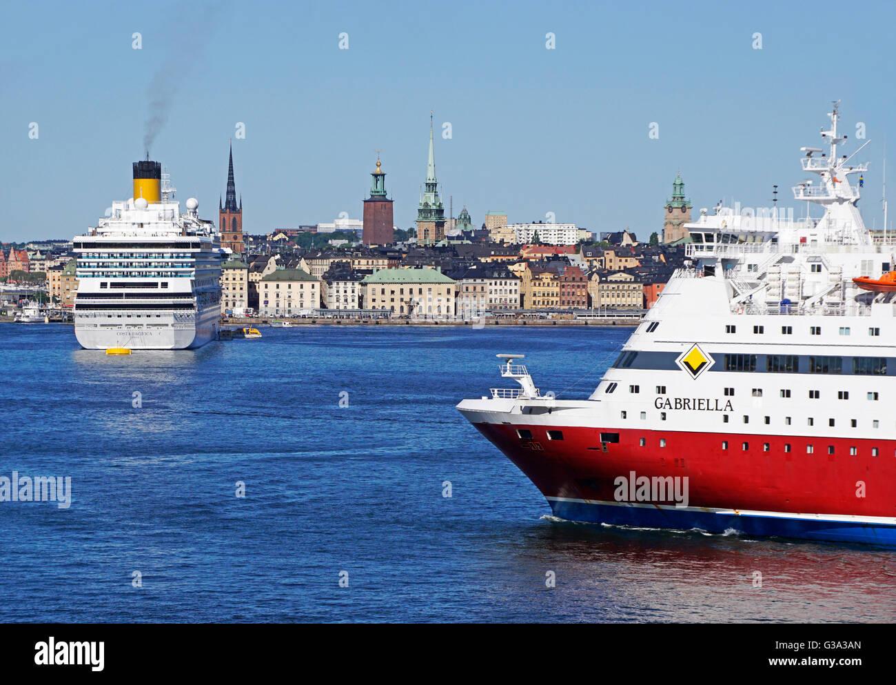 Navi da crociera nel porto di Stoccolma con la Gamla Stan (la Città Vecchia) in background. Immagini Stock