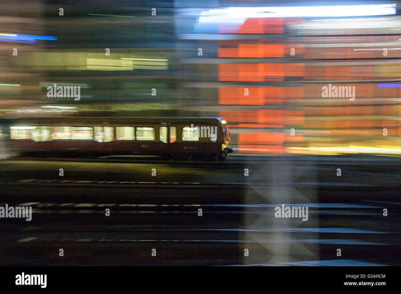 Accelerando in treno dalla stazione di notte, blur per mostrare la velocità e movimento Immagini Stock