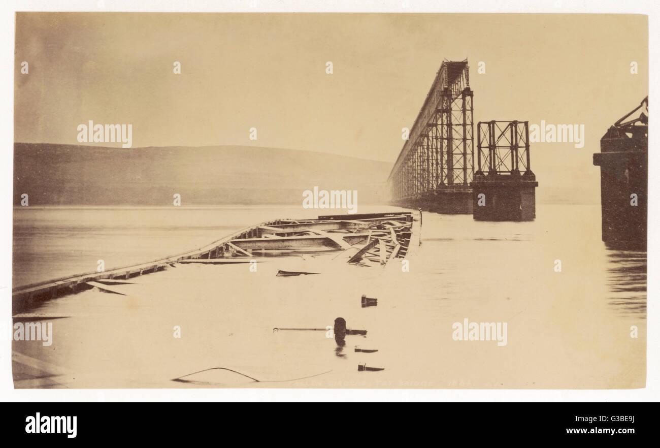 Distrutta la sezione centrale del Tay ponte ferroviario da cui un treno passeggeri si è schiantato nel fiume Immagini Stock