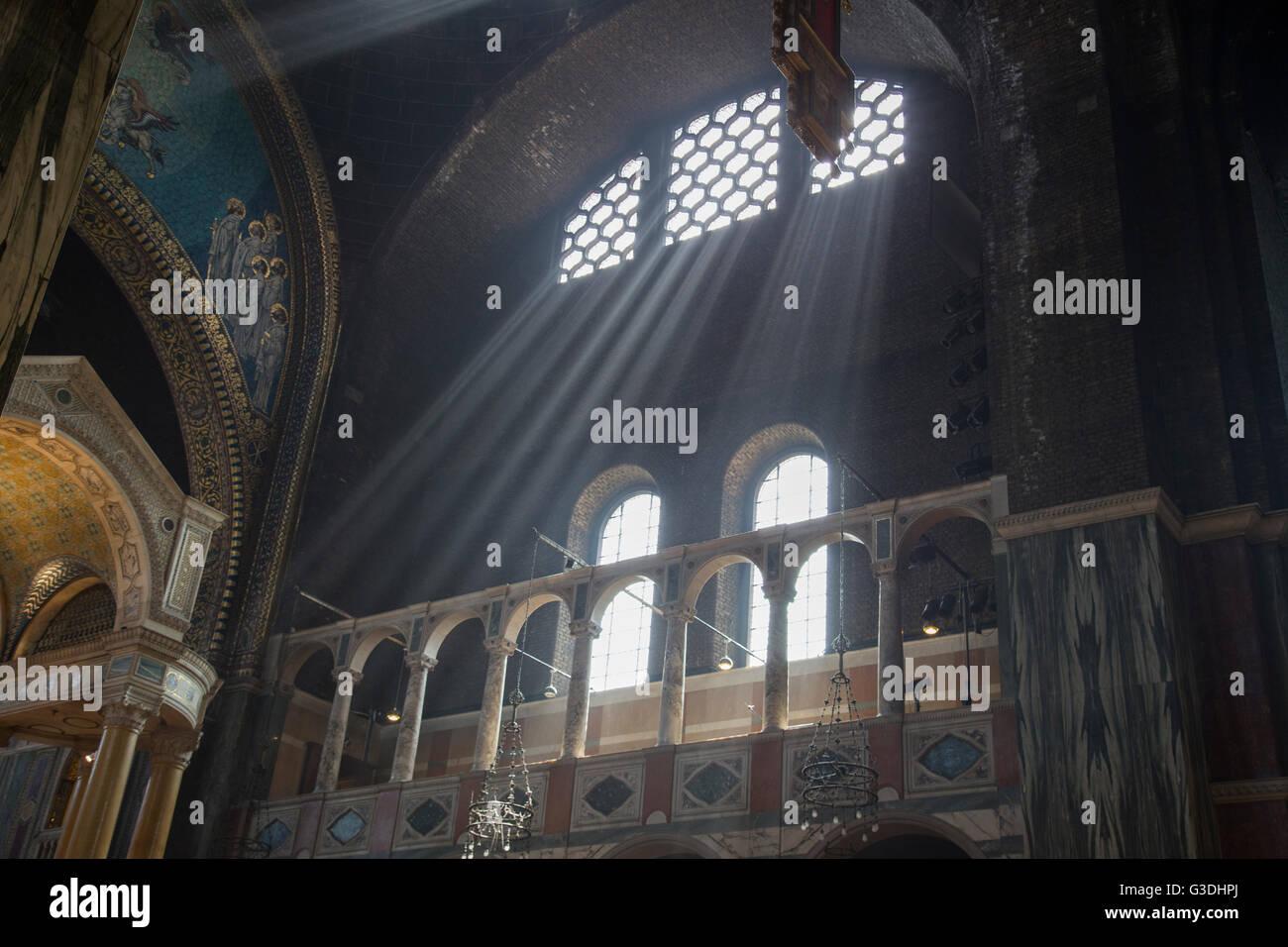 Interno della cattedrale di Westminster che mostra sun i raggi di luce provenienti in. Cattedrale di Westminster, Immagini Stock