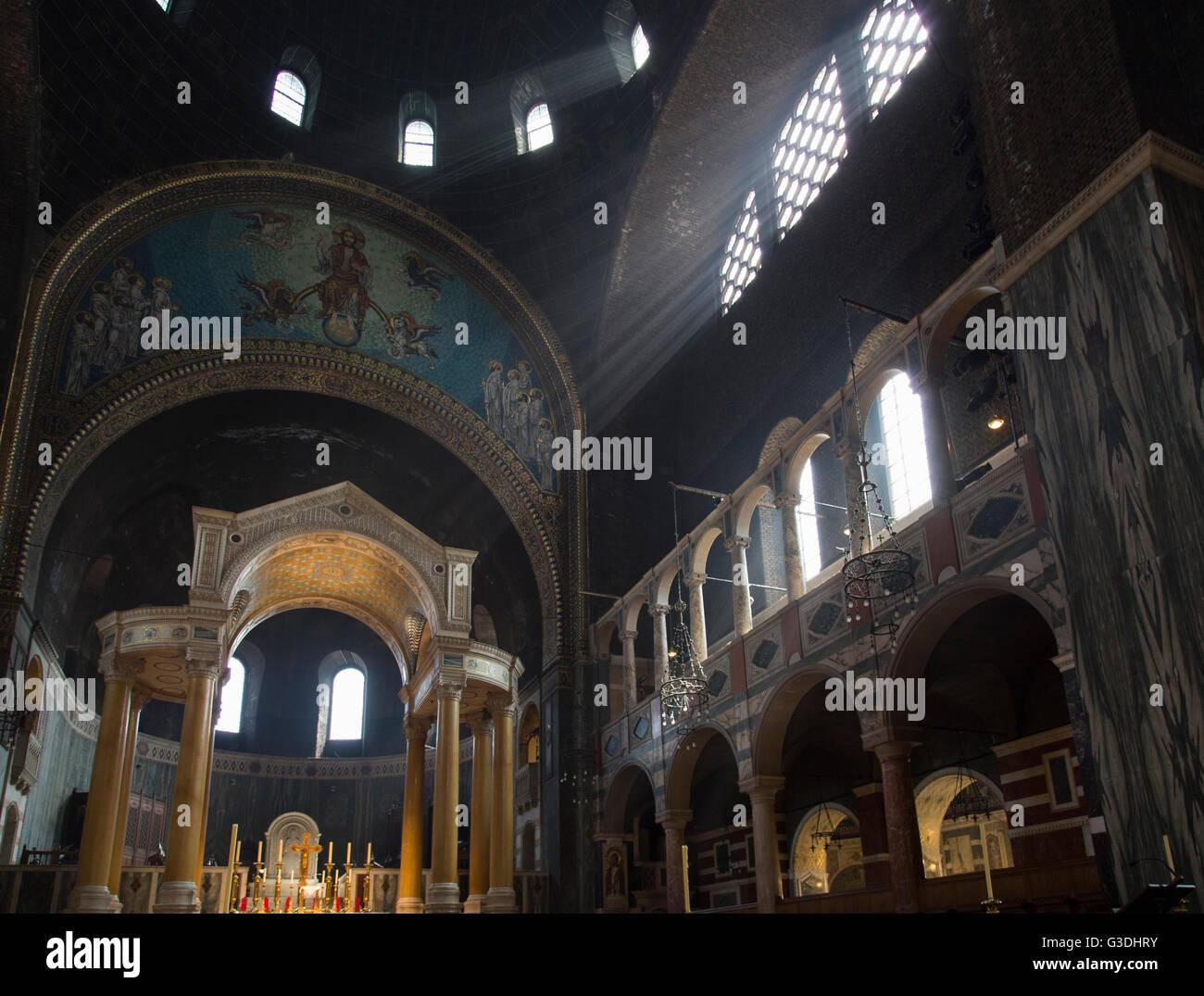 Interno della cattedrale di Westminster che mostra il santuario e sun i raggi di luce. Chiesa cattolica romana, Immagini Stock