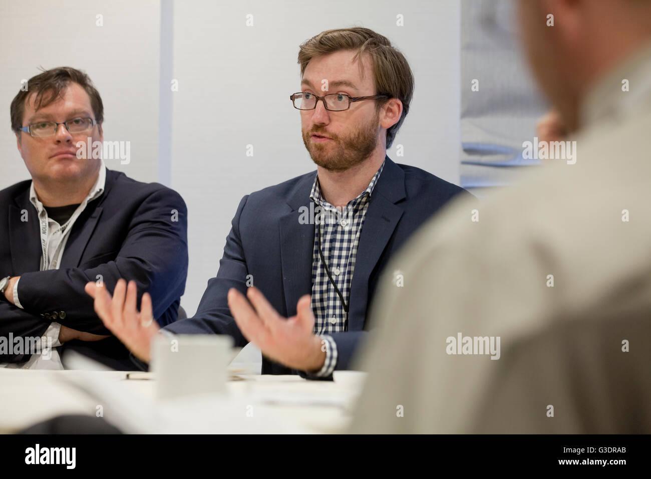 Imprenditore in un ufficio business meeting - USA Immagini Stock
