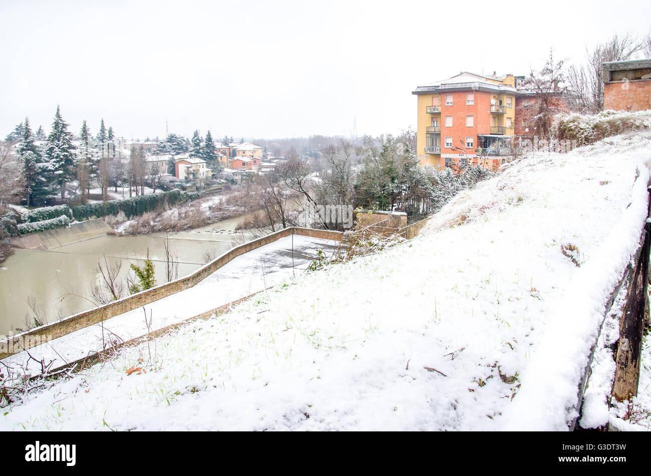 Bologna, Italia, 28 Dicembre 2014 - Vista del fiume Reno dalla pista ciclabile di Casalecchio durante una nevicata Immagini Stock