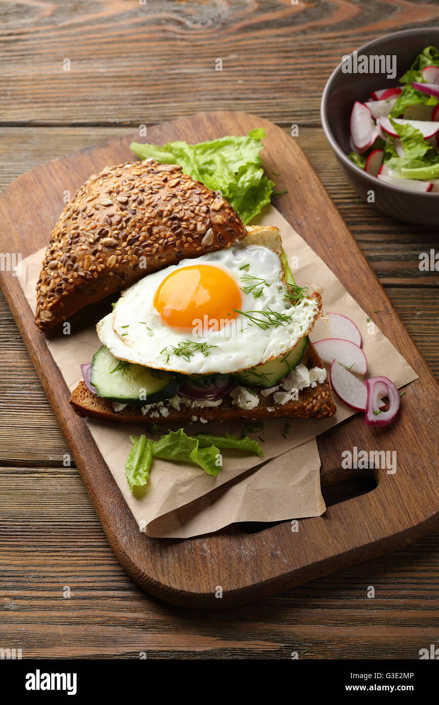 Panino con uova, alimenti close-up Immagini Stock
