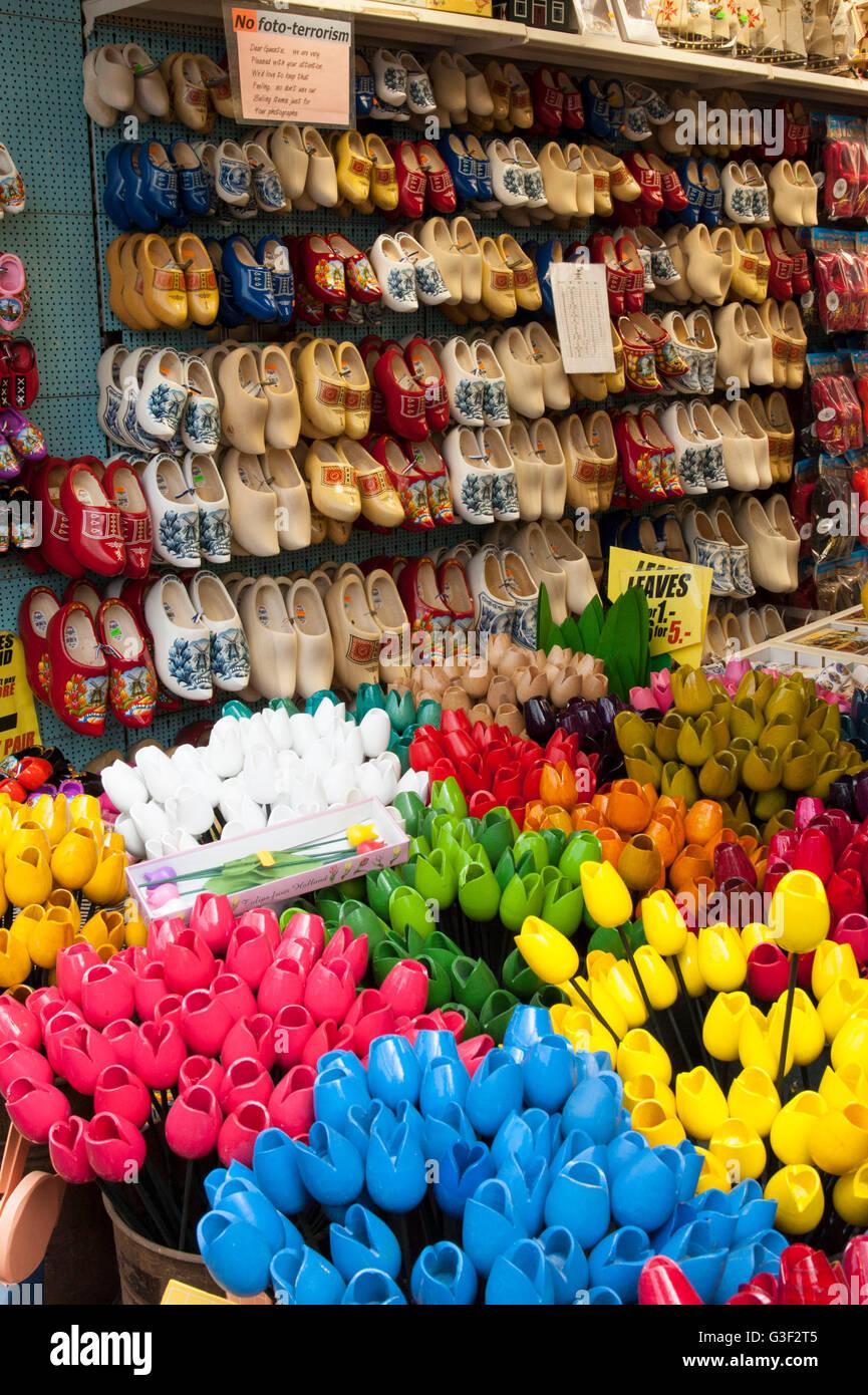 Singel Bloemenmarkt, gli zoccoli e i tulipani di legno, Olanda, Amsterdam, Paesi Bassi Immagini Stock
