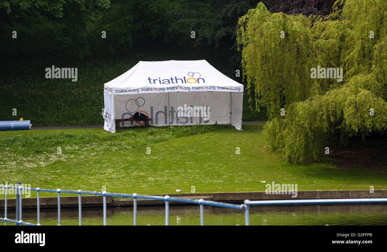 Leeds, Regno Unito. Decimo Giugno, 2016. Triathlon preparazioni a Roundhay Park a Leeds dove migliaia di professionisti Immagini Stock