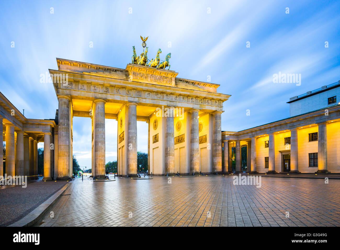 La notte presso la Porta di Brandeburgo a Berlino, Germania. Immagini Stock