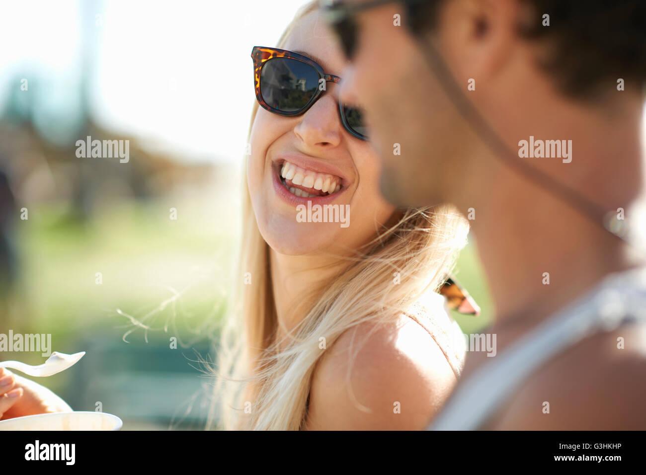 Chiusura del giovane mangiare yogurt surgelato a Venice Beach, California, Stati Uniti d'America Immagini Stock