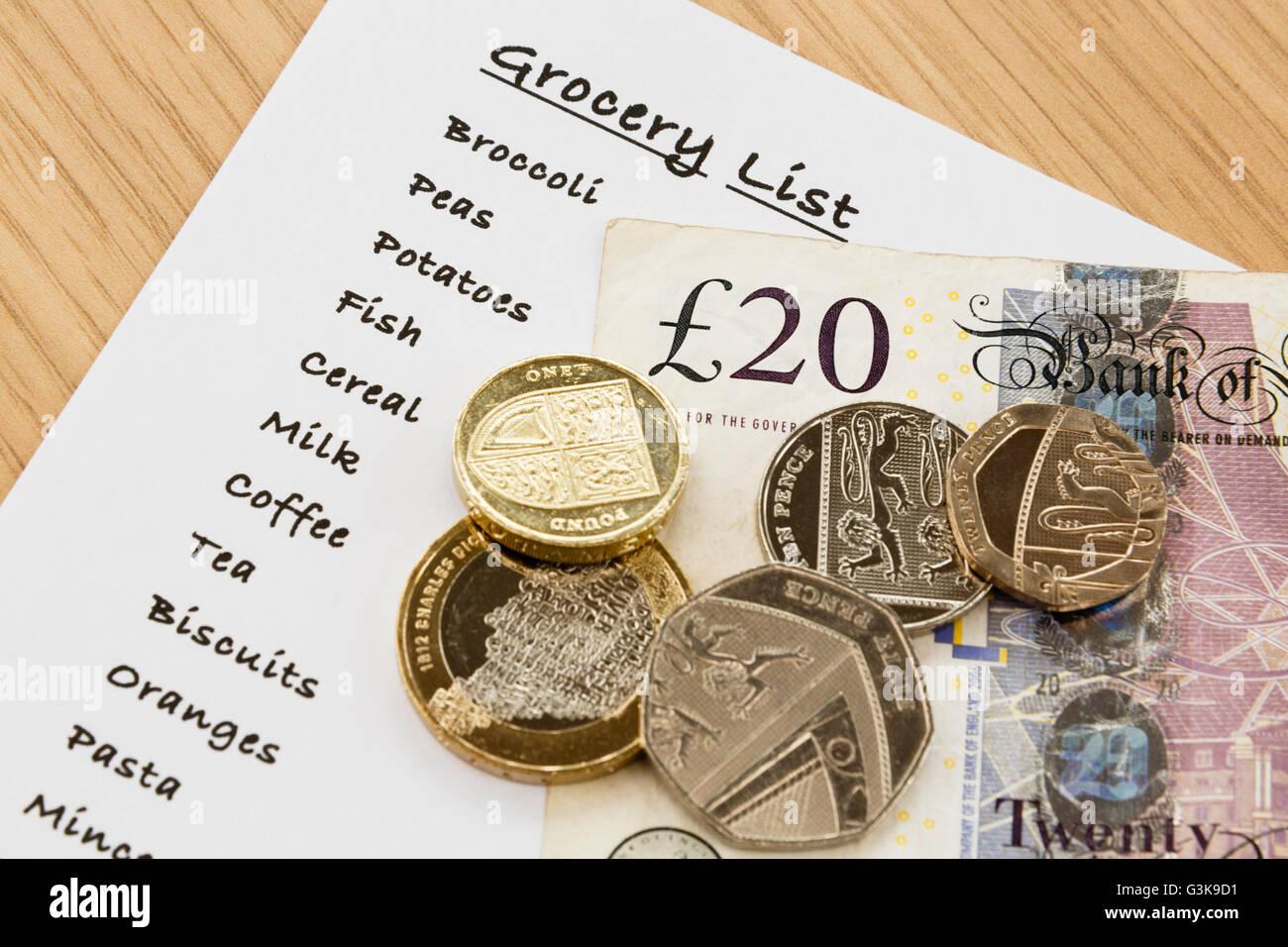Elenco acquisti per generi alimentari con denaro in sterline dall'alto. Inghilterra, Regno Unito, Gran Bretagna Foto Stock