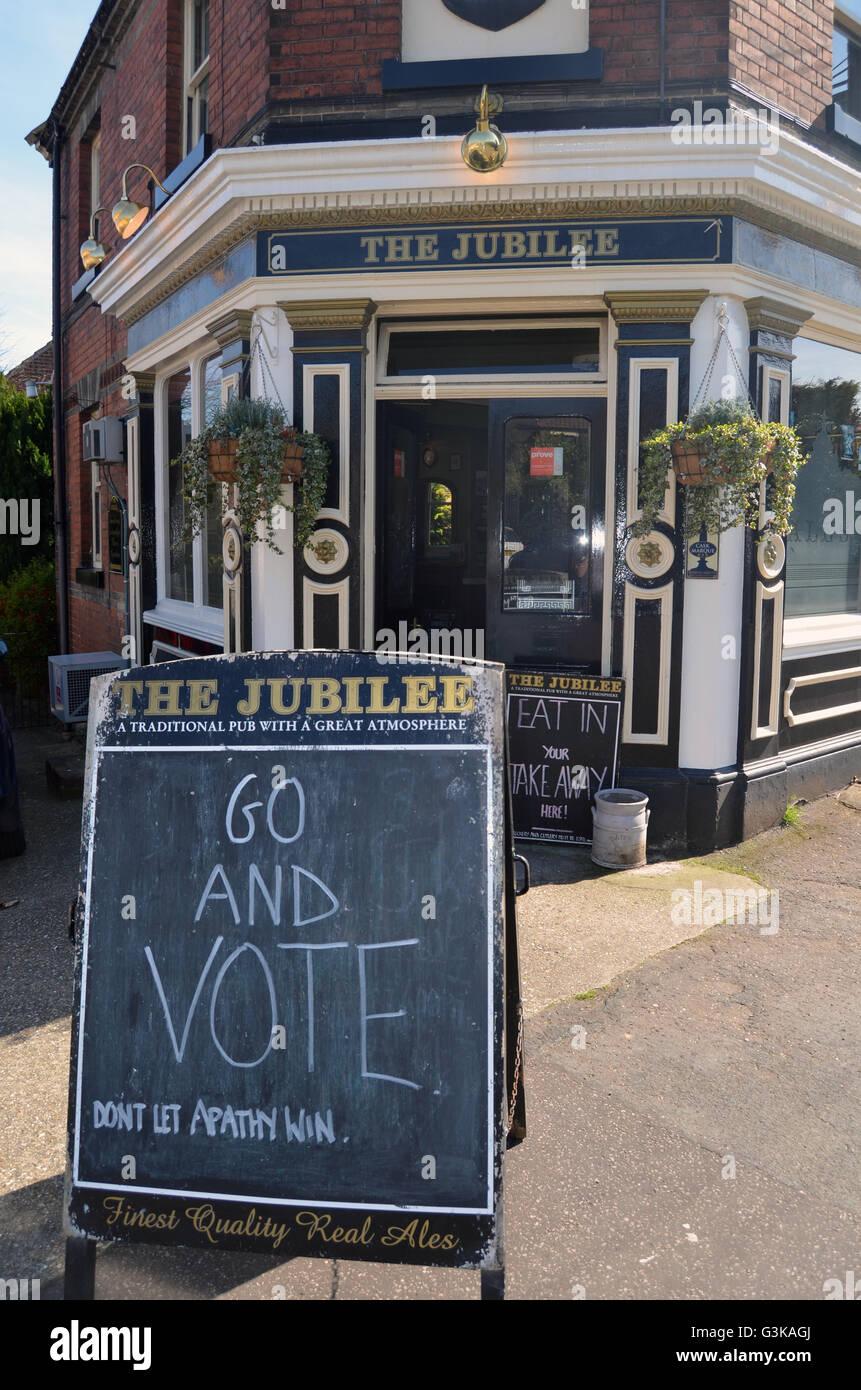 Andare a votare al di fuori del pub di Norwich, elezioni locali Maggio 2016 Immagini Stock