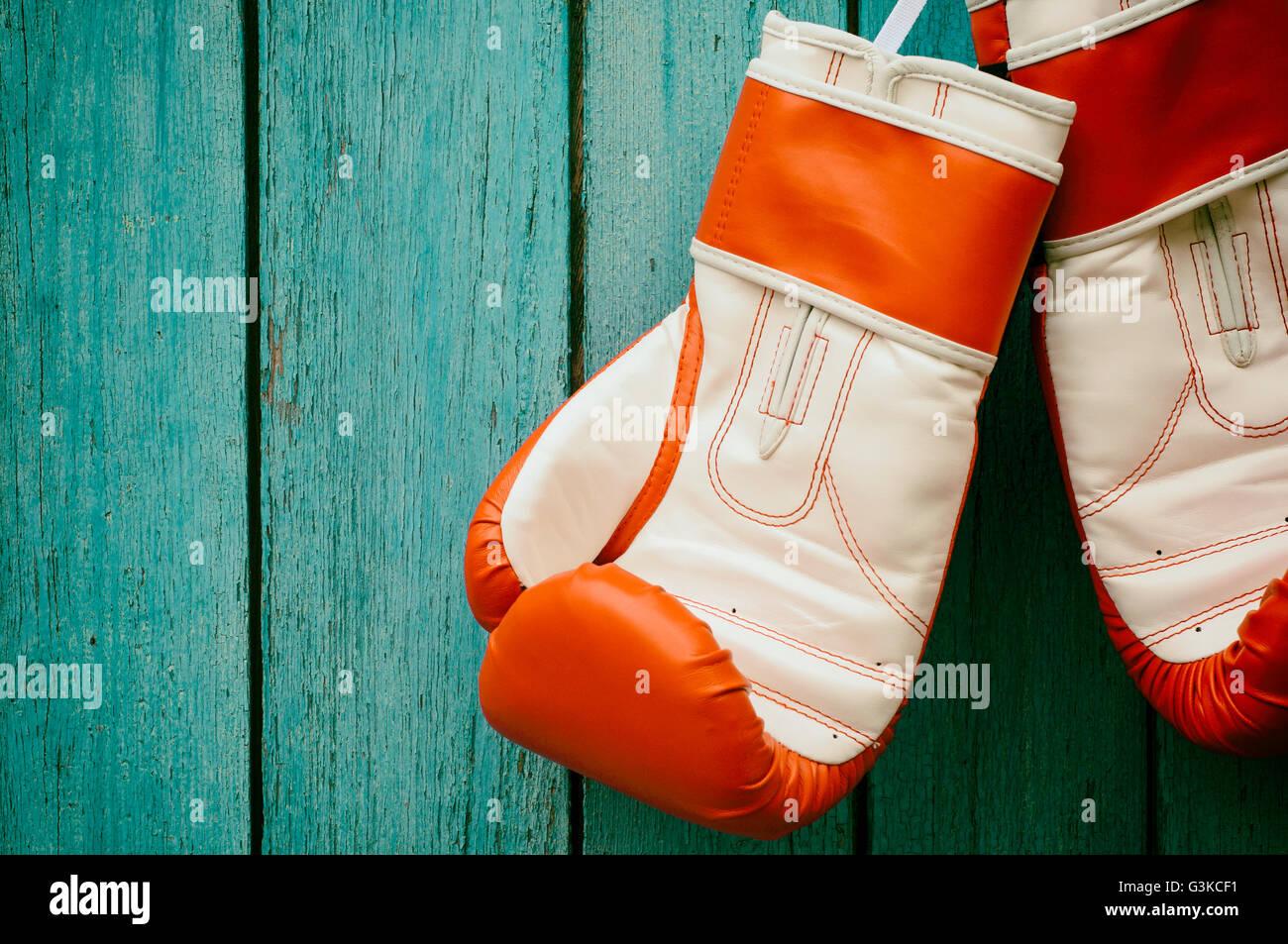 Vintage sfondo di legno con un paio di guanti da pugilato, tonificante Immagini Stock