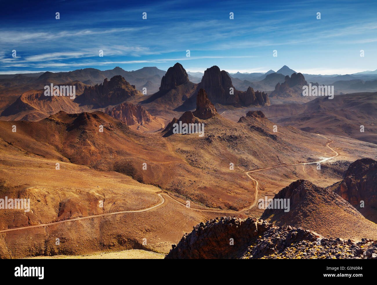 Deserto del Sahara, montagne Hoggar, Algeria, vista da Assekrem pass Immagini Stock