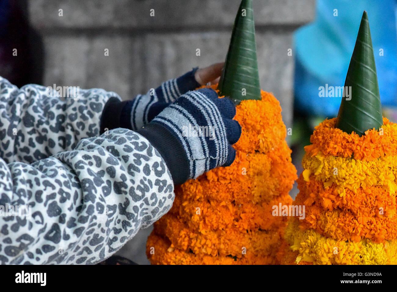 """""""Banana-leaf tower"""" (Kong a) realizzato con fiori arancione tipicamente usato per i riti e cerimonie in Immagini Stock"""