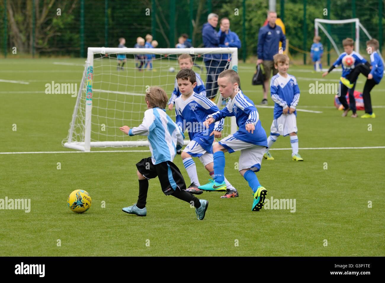 I ragazzi giocando una partita di organizzato a calcetto in Scozia, Regno Unito Immagini Stock