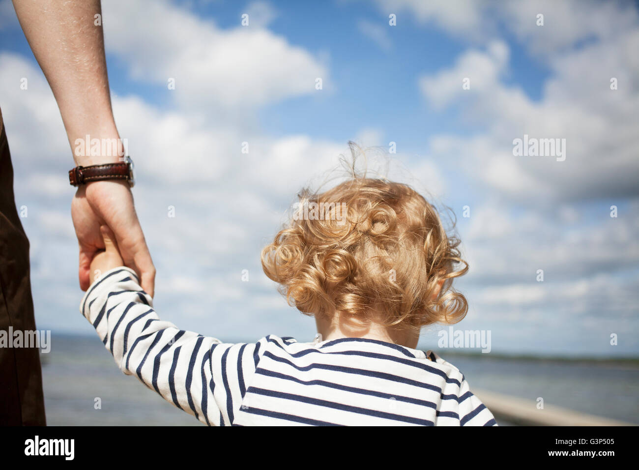 La Svezia, Skane, Man tenendo la sua figlia (2-3) mano Immagini Stock