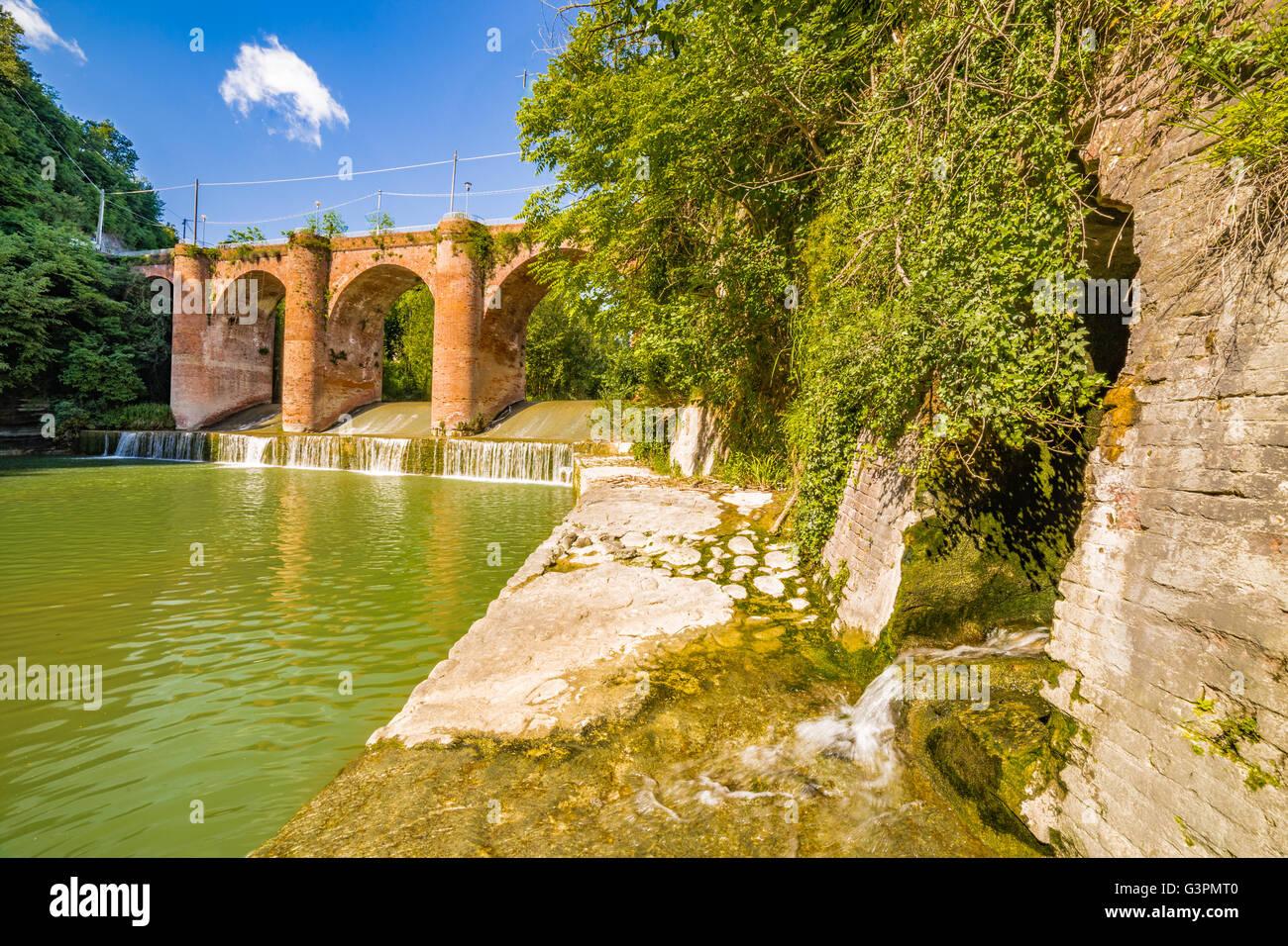 Ponte In Muratura.Il Xiv Secolo Ponte In Muratura Sul Fiume In Un Piccolo