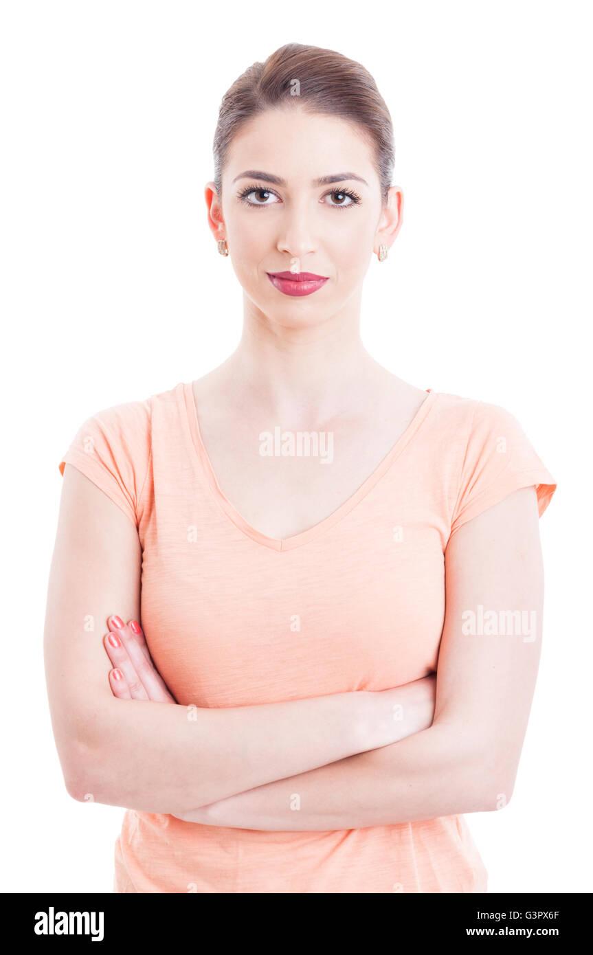 Bella donna portret con le braccia incrociate indossando t-shirt casual e rossetto rosso isolato su bianco Immagini Stock