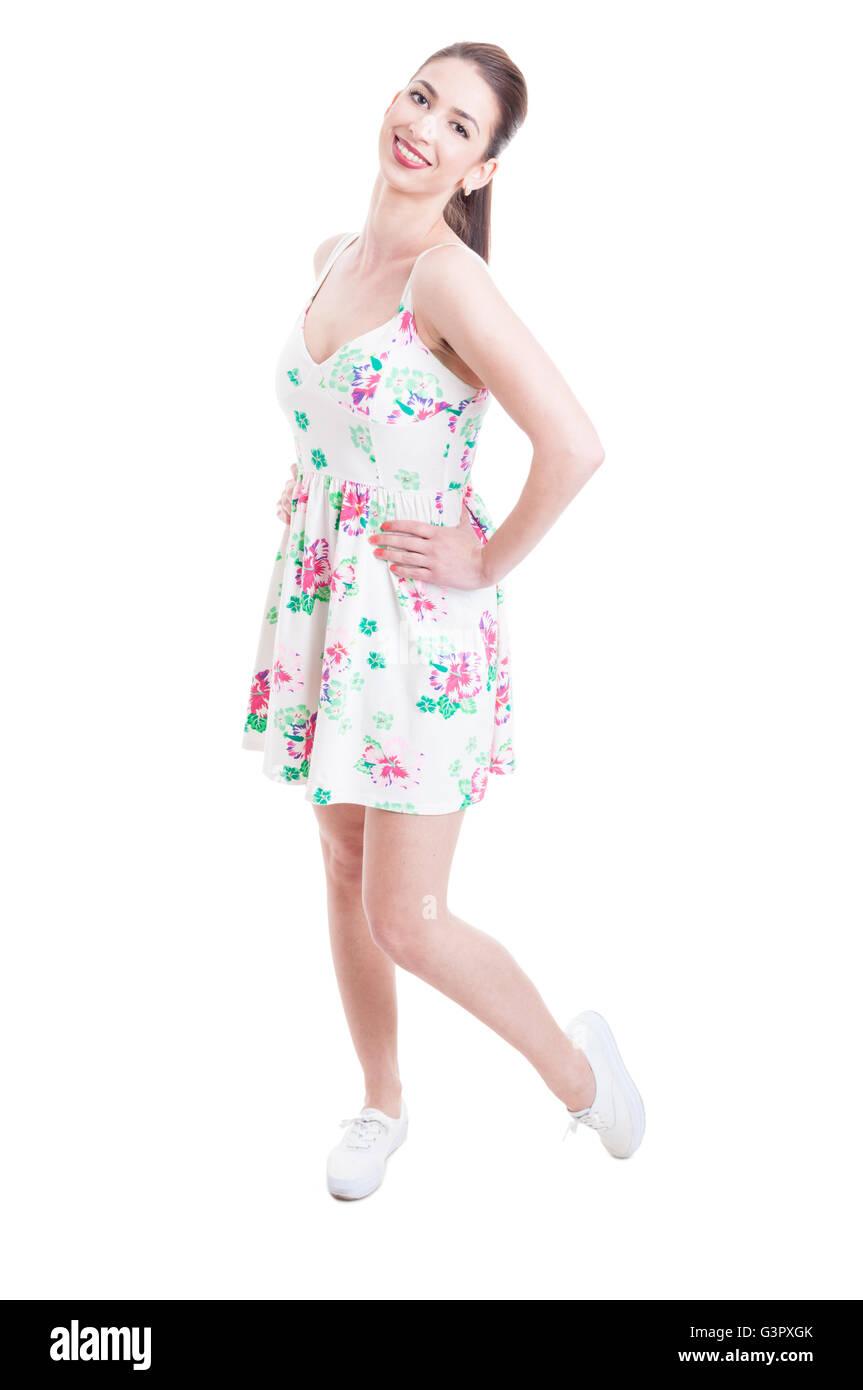 e19498efe467 Bella Signora lato ponendo a piena lunghezza studio indossando abiti estivi  come look casual isolati su sfondo bianco