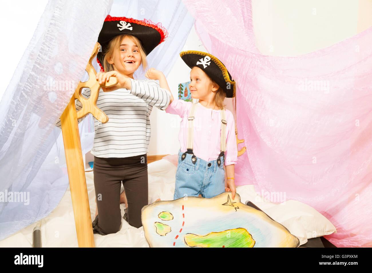 Funny ragazze in pirata costumi di governare la nave Immagini Stock