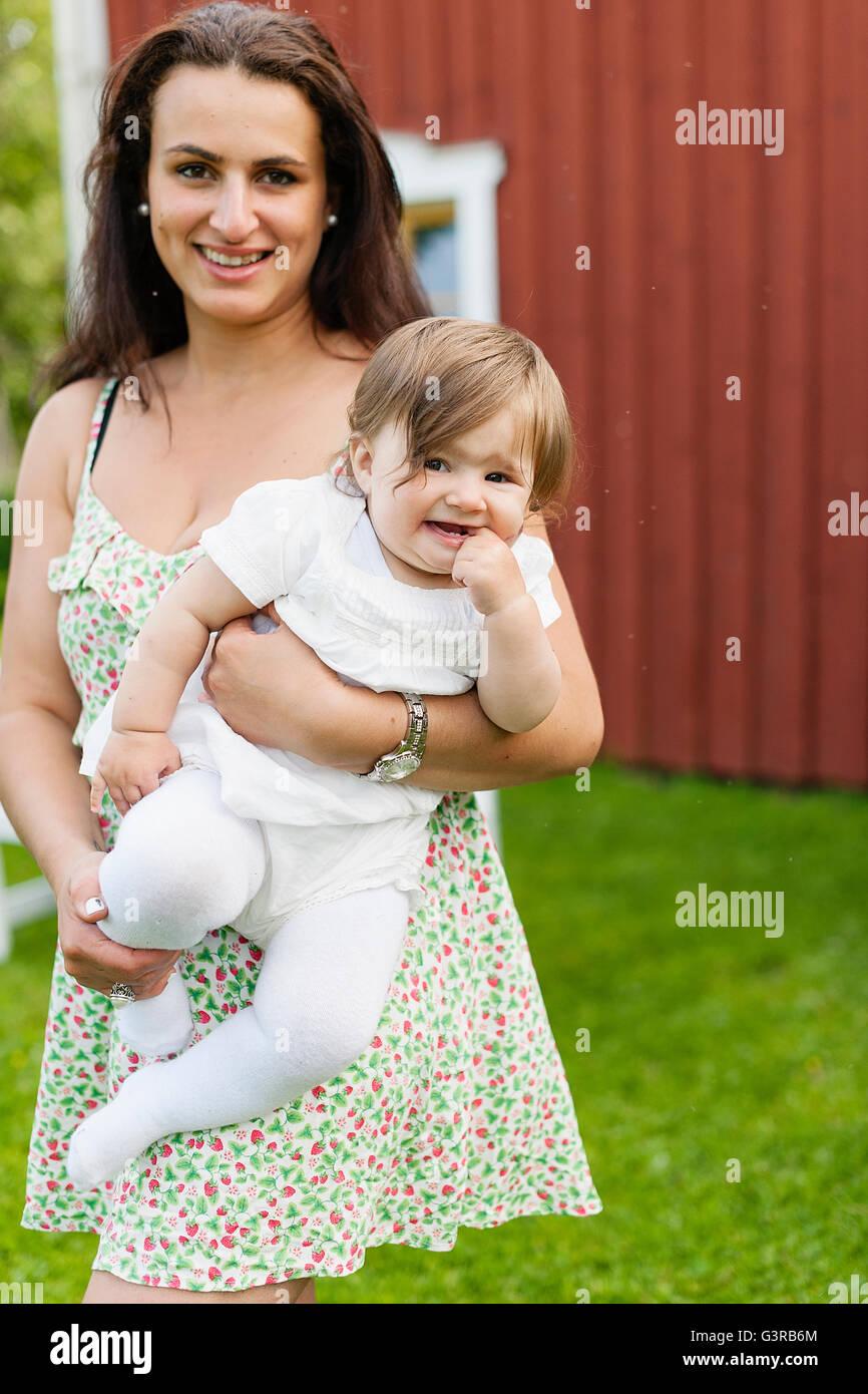 La Svezia, Varmland, Filipstad, Gasborn, Horrsjon, Ritratto di Madre holding Baby girl (12-17 mesi) Immagini Stock