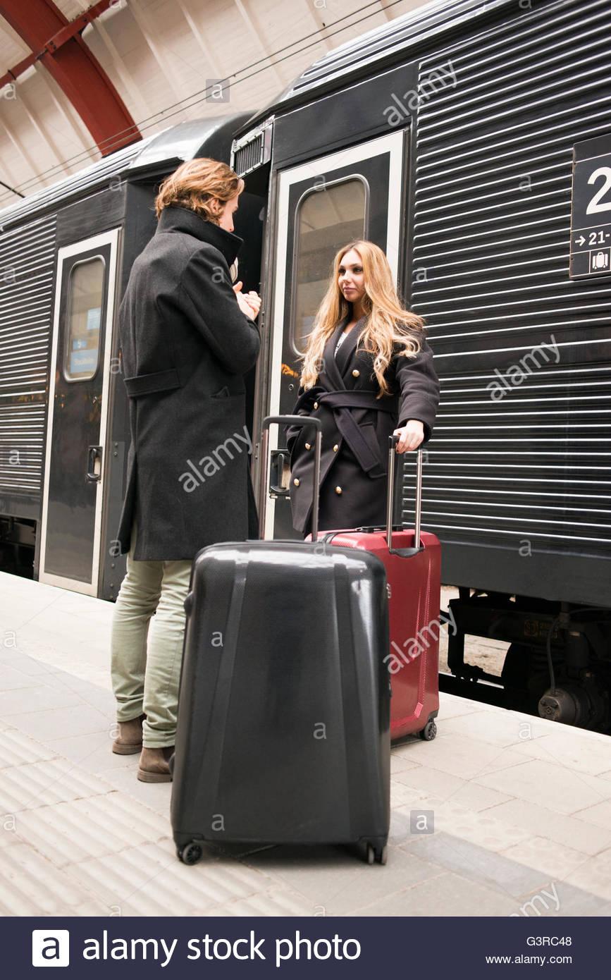 La Svezia, Skane, Malmo, coppia giovane parlando a stazione ferroviaria Immagini Stock