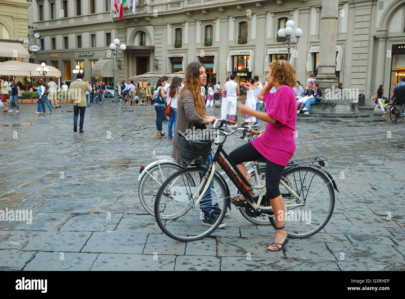 Due Donne In Bicicletta Nel Centro Storico Di Firenze Toscana