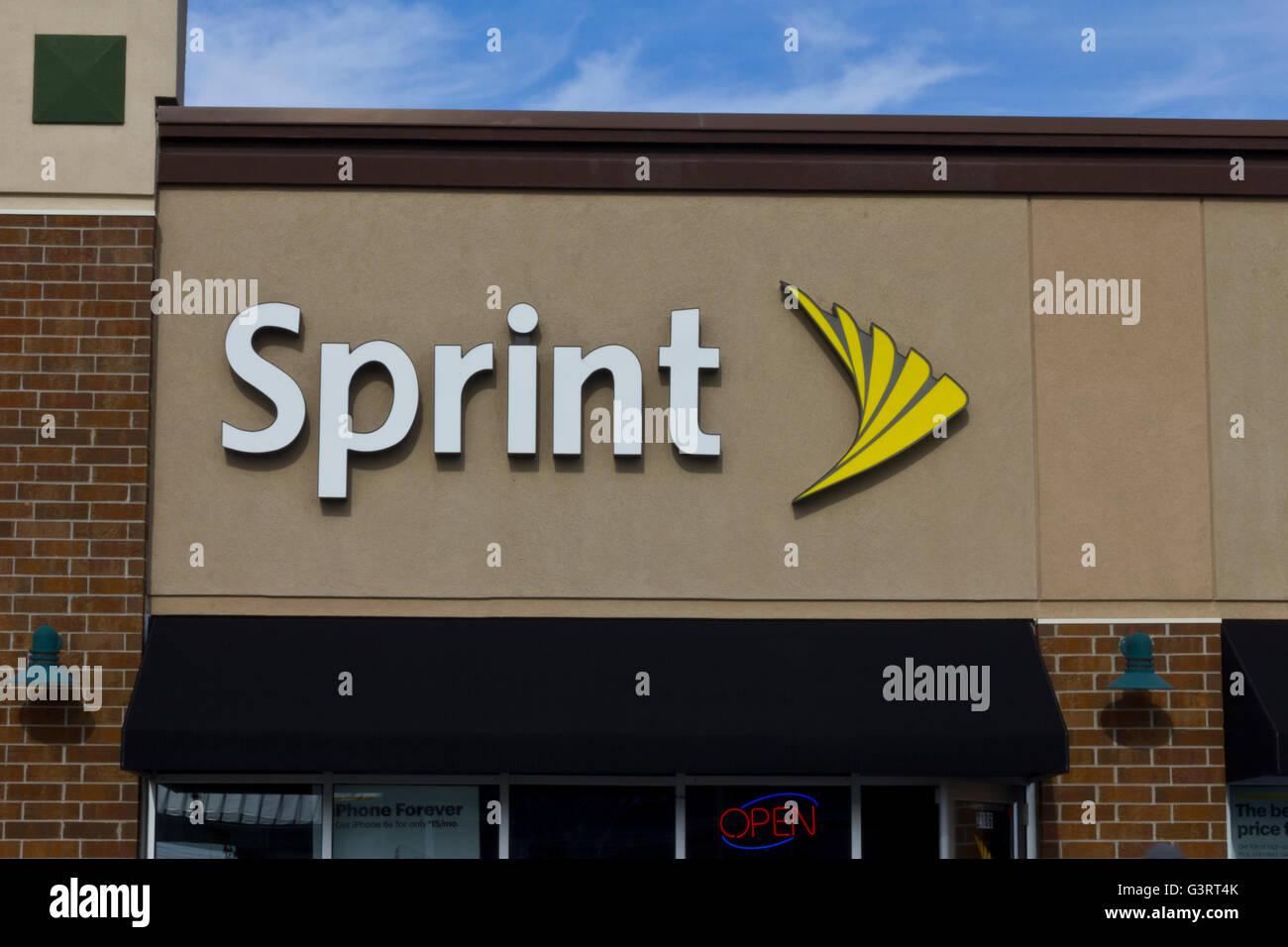 Indianapolis - Circa Novembre 2015: Sprint Wireless Retail Store. Sprint è un provider di servizi wireless, Immagini Stock