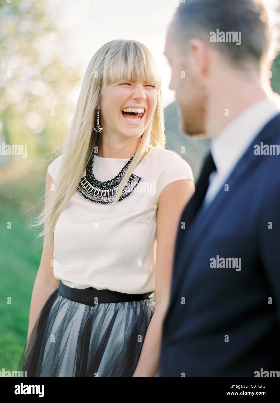 La Svezia, Ritratto di ridere la sposa e lo sposo Immagini Stock
