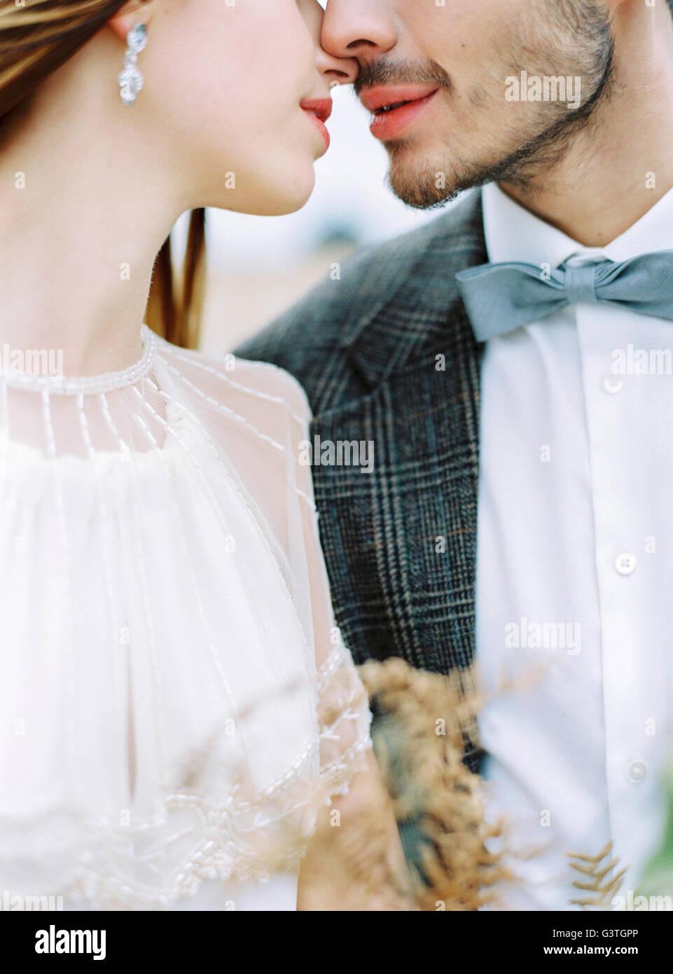 La Svezia, Halland, Varberg, la sposa e lo sposo faccia a faccia Immagini Stock