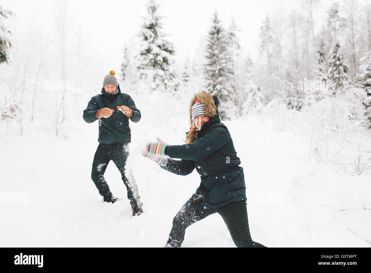 Finlandia, Jyvaskyla, Saakoski giovane coppia avente lotta con le palle di neve Immagini Stock