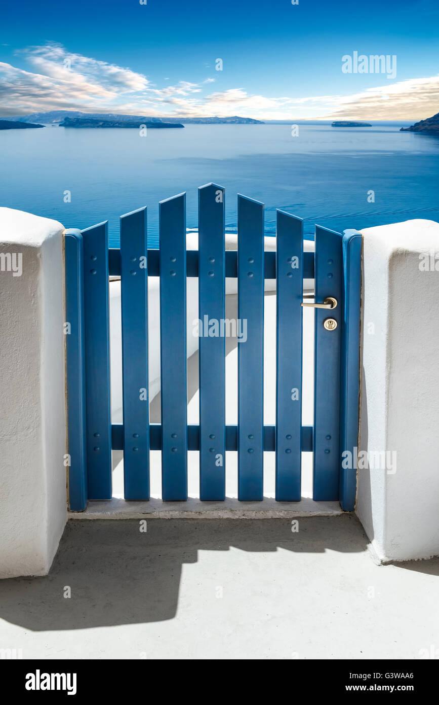 Porta blu e vedere in Isola di Santorini, Cicladi Grecia Immagini Stock