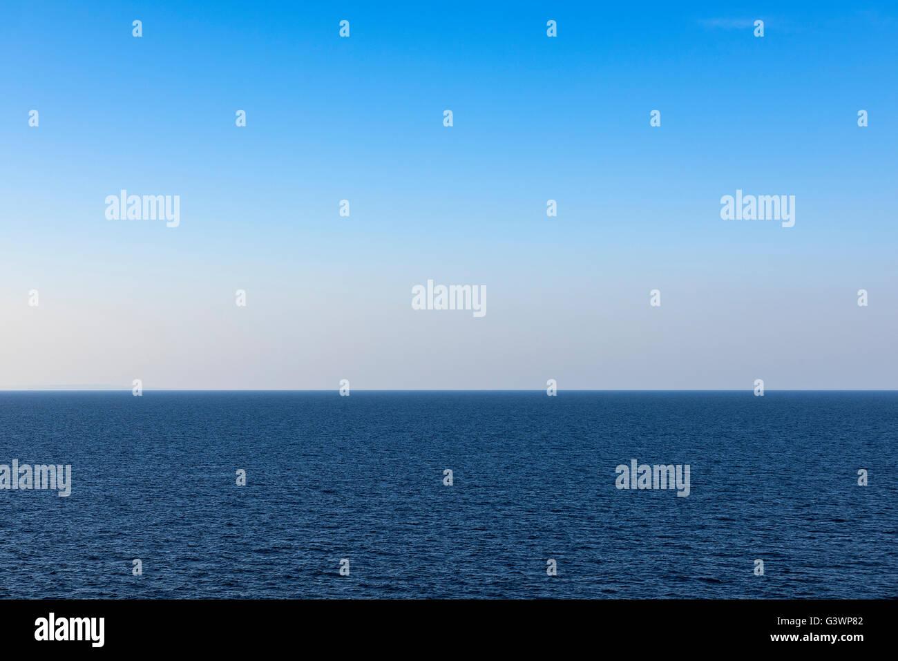 Il mare e il cielo orizzonte. Immagini Stock