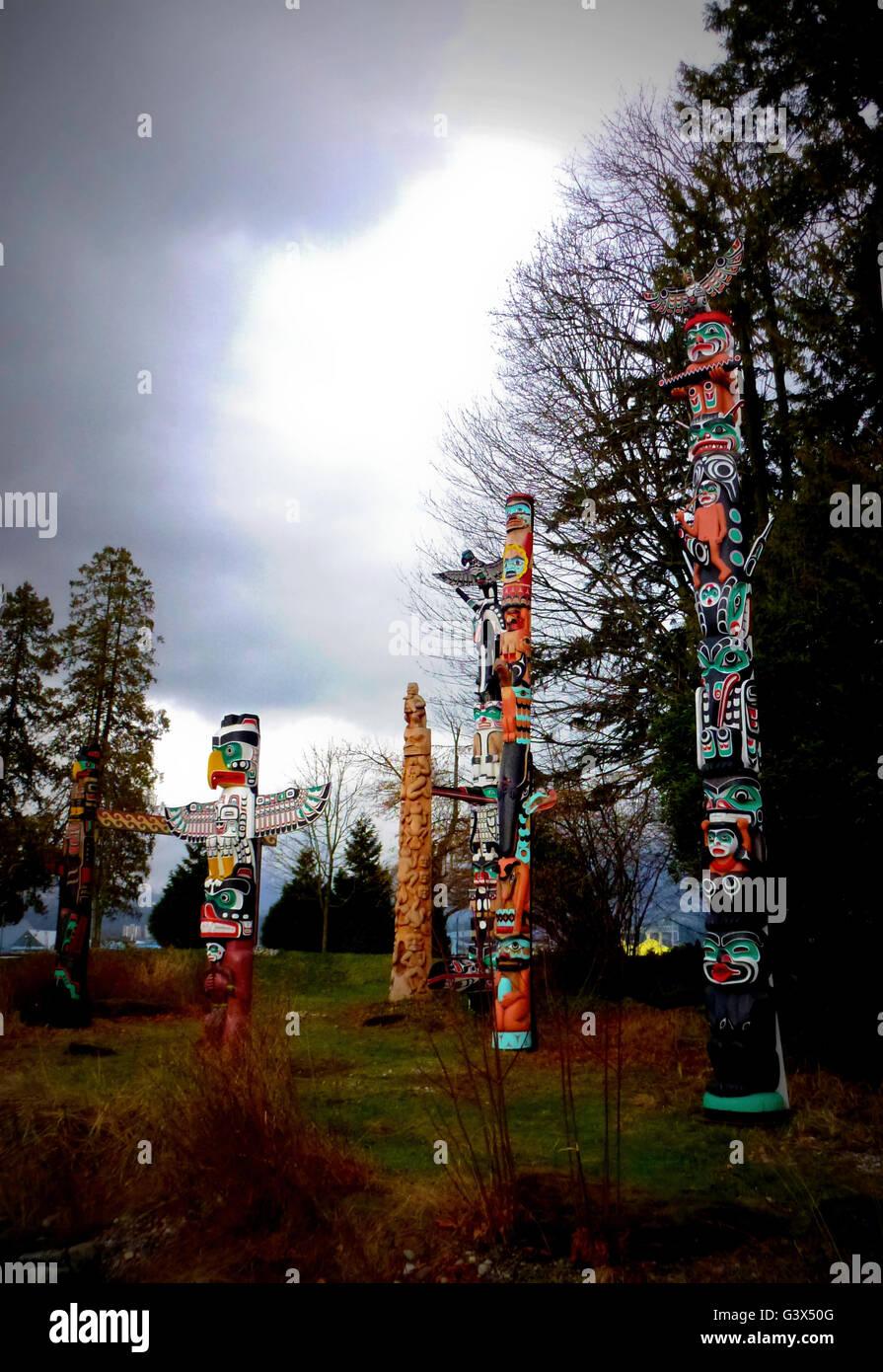 Coloratissimi totem pole in Vancouver Immagini Stock