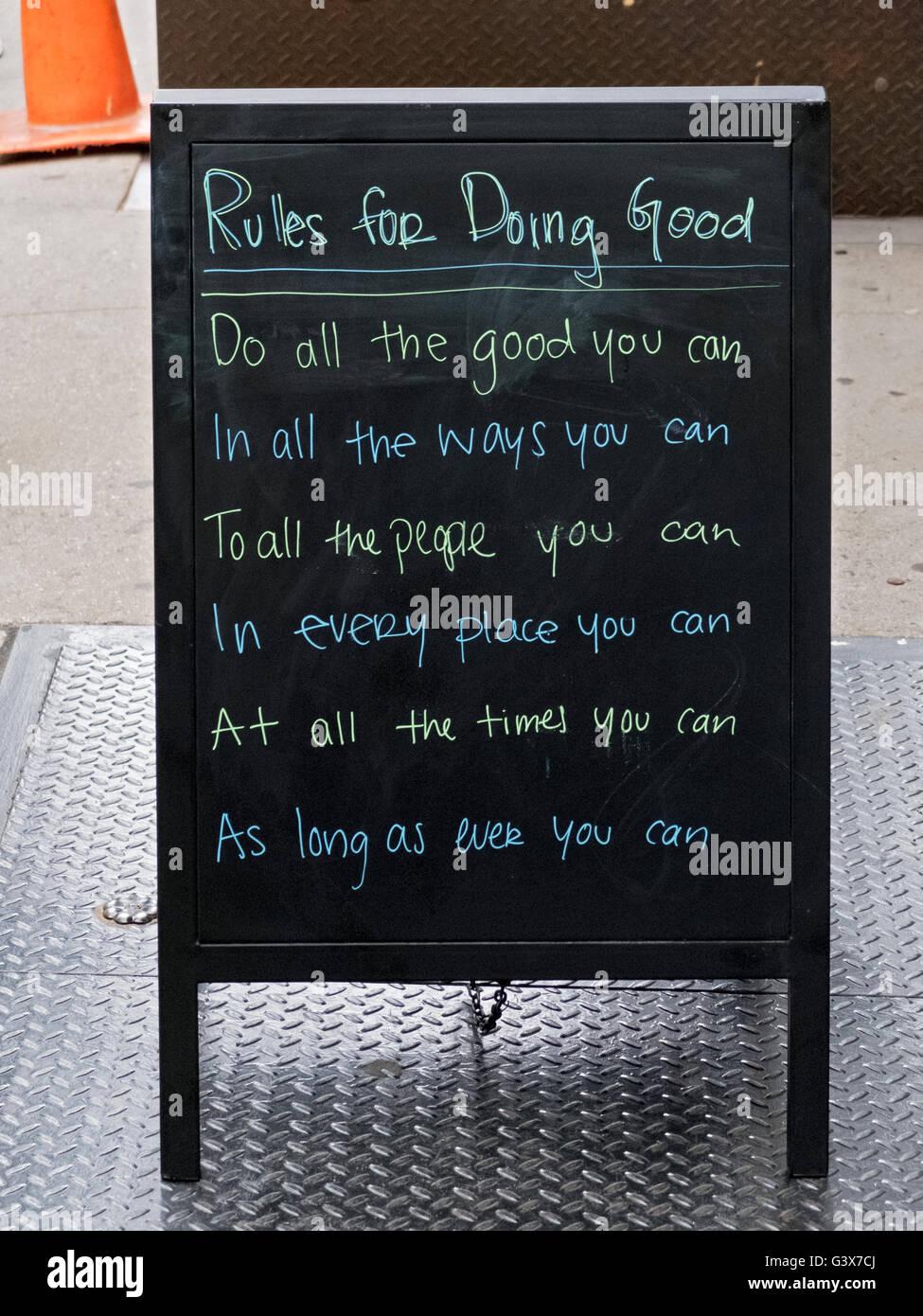 Un segno al di fuori di un negozio di Bleeker Street nel West Village a Manhattan NYC Stipulando diverse regole Immagini Stock