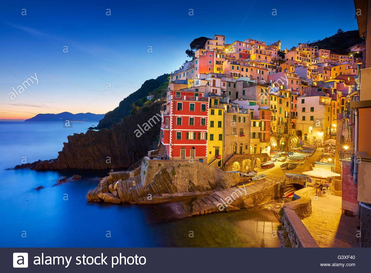Riomaggiore al crepuscolo serale, Cinque Terre Liguria, Italia Immagini Stock