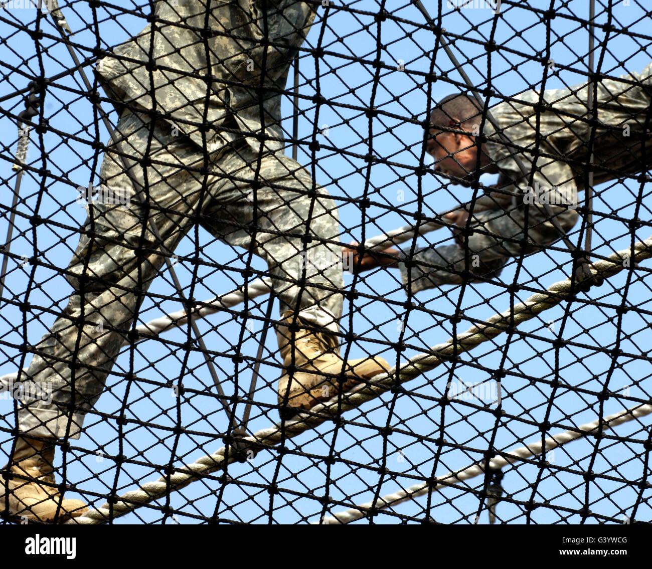 Stati Uniti Esercito privates competere per la vittoria della torre durante il corso dell'Esercito di formazione Immagini Stock