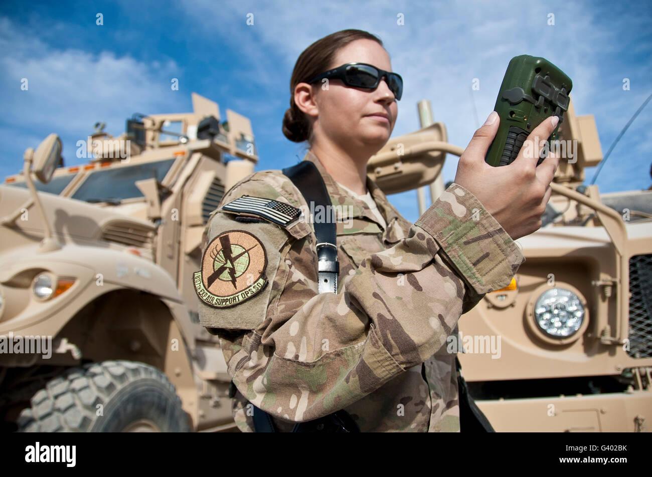 Air Force capitano guarda a una difesa avanzata del ricevitore GPS. Immagini Stock
