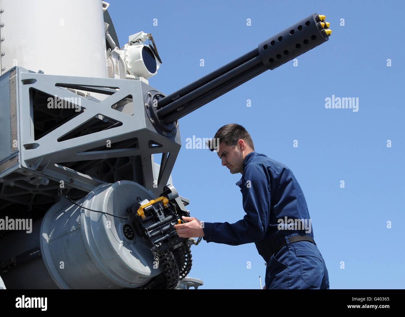 Fire Controlman carichi la falange vicino nel sistema di armi. Immagini Stock