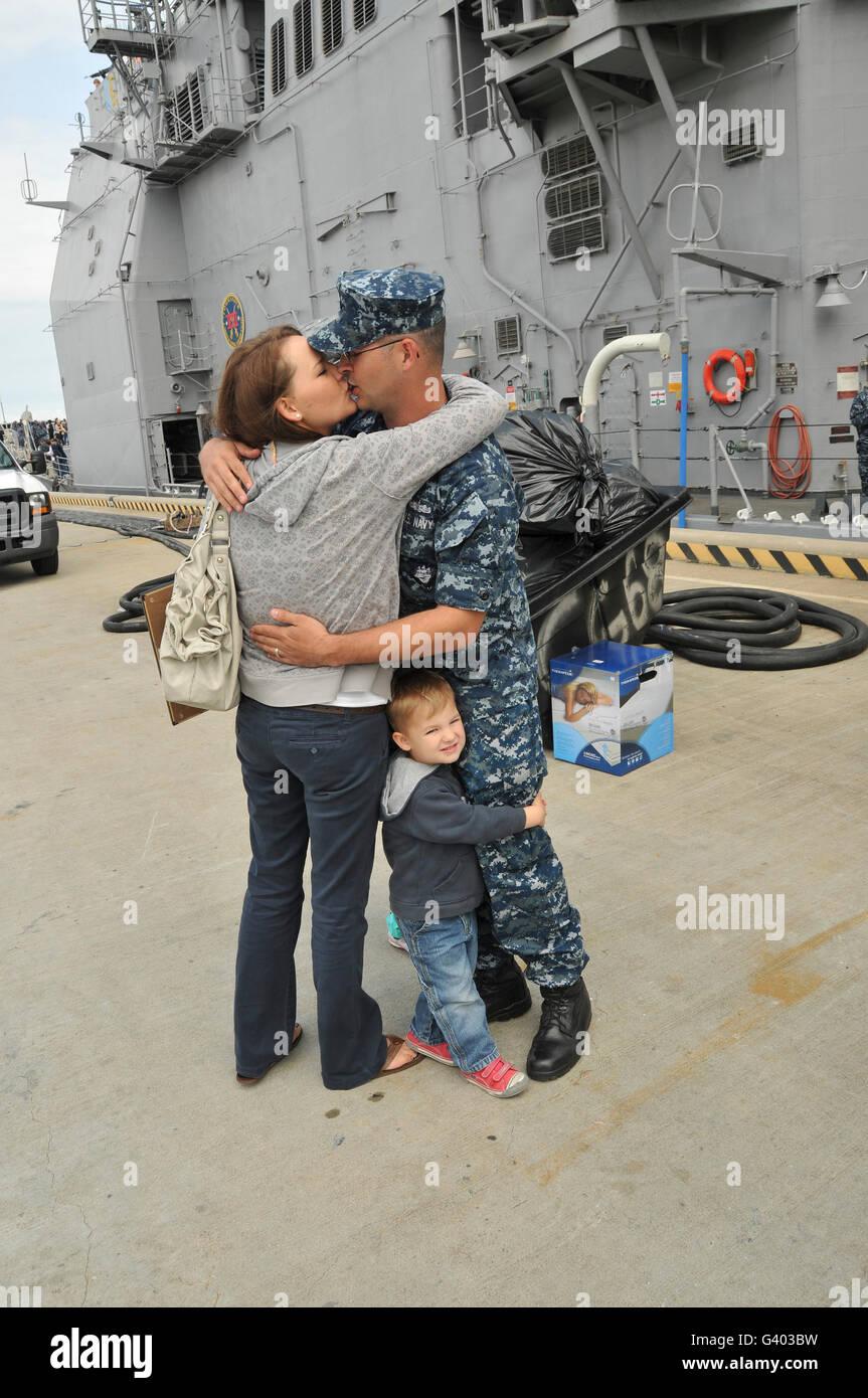 Tecnico di sonar baci di sua moglie addio prima della ship's partenza. Immagini Stock