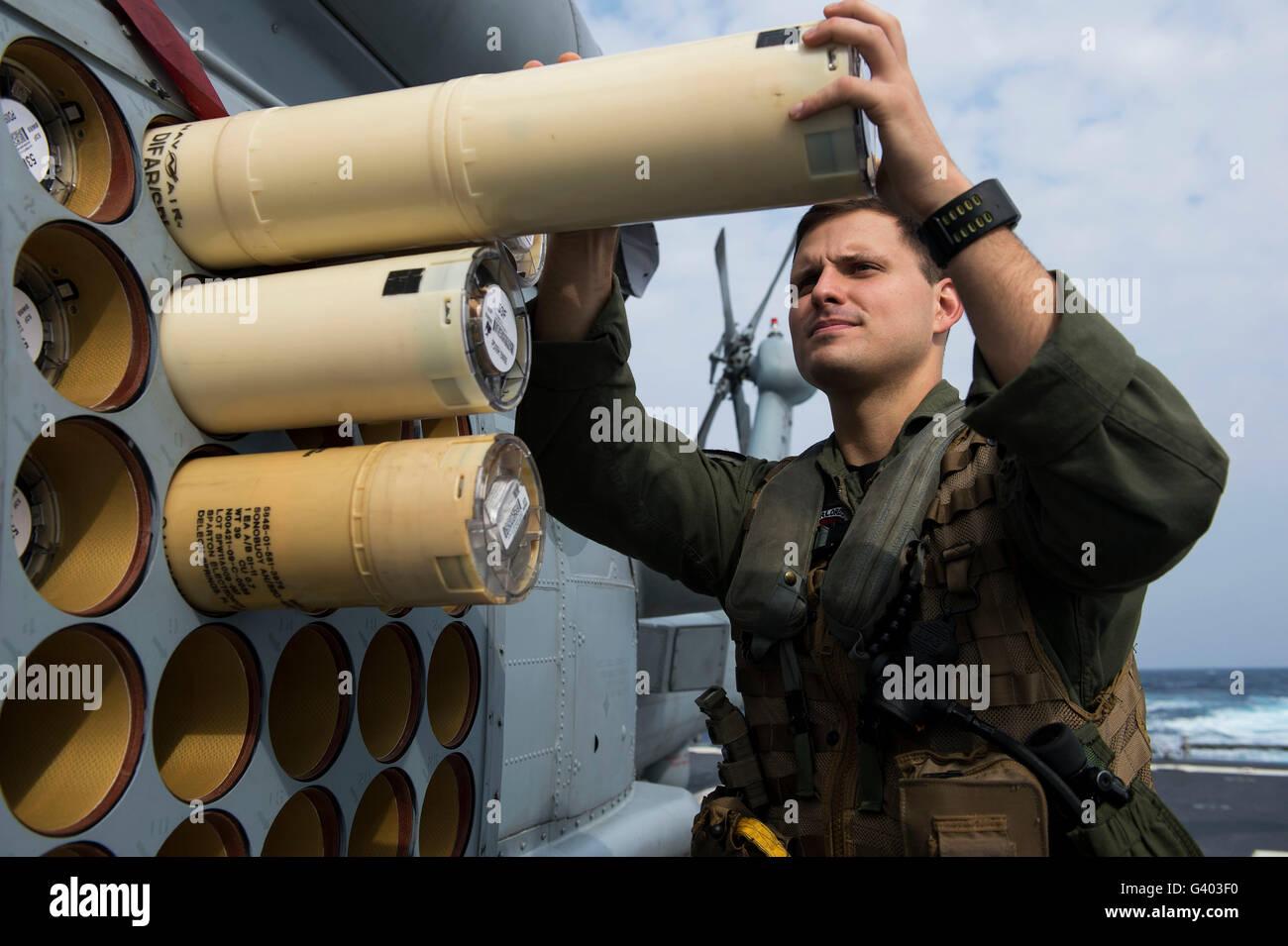 Naval Aircrewman sonobuoys carichi su un MH-60R Seahawk. Immagini Stock