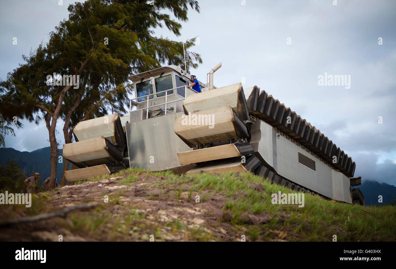 L'ultra-pesanti sollevare il connettore anfibio veicolo su un terreno irregolare. Immagini Stock