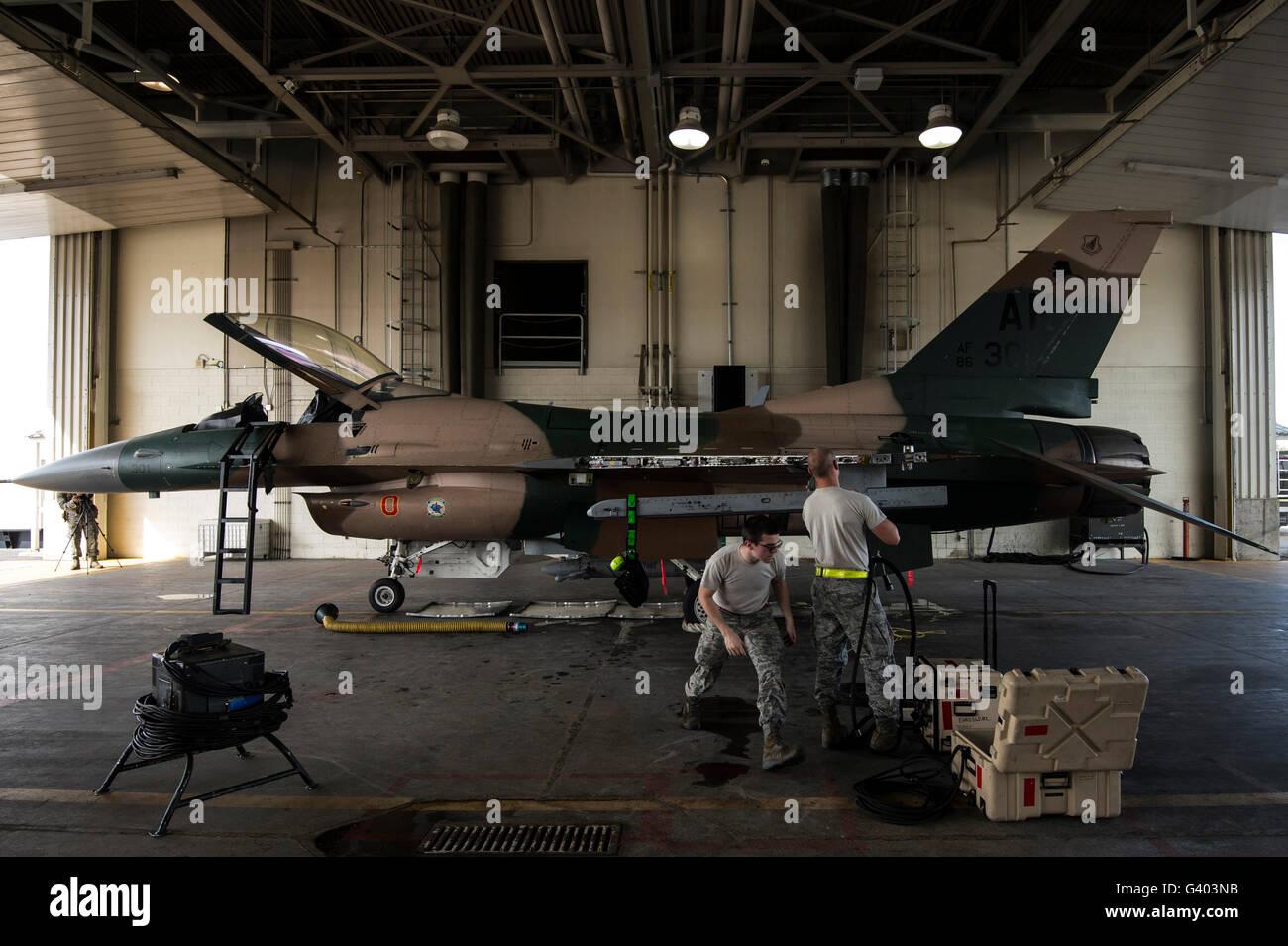 Avieri riparare i sistemi di armamenti su di un F-16C Fighting Falcon. Foto Stock