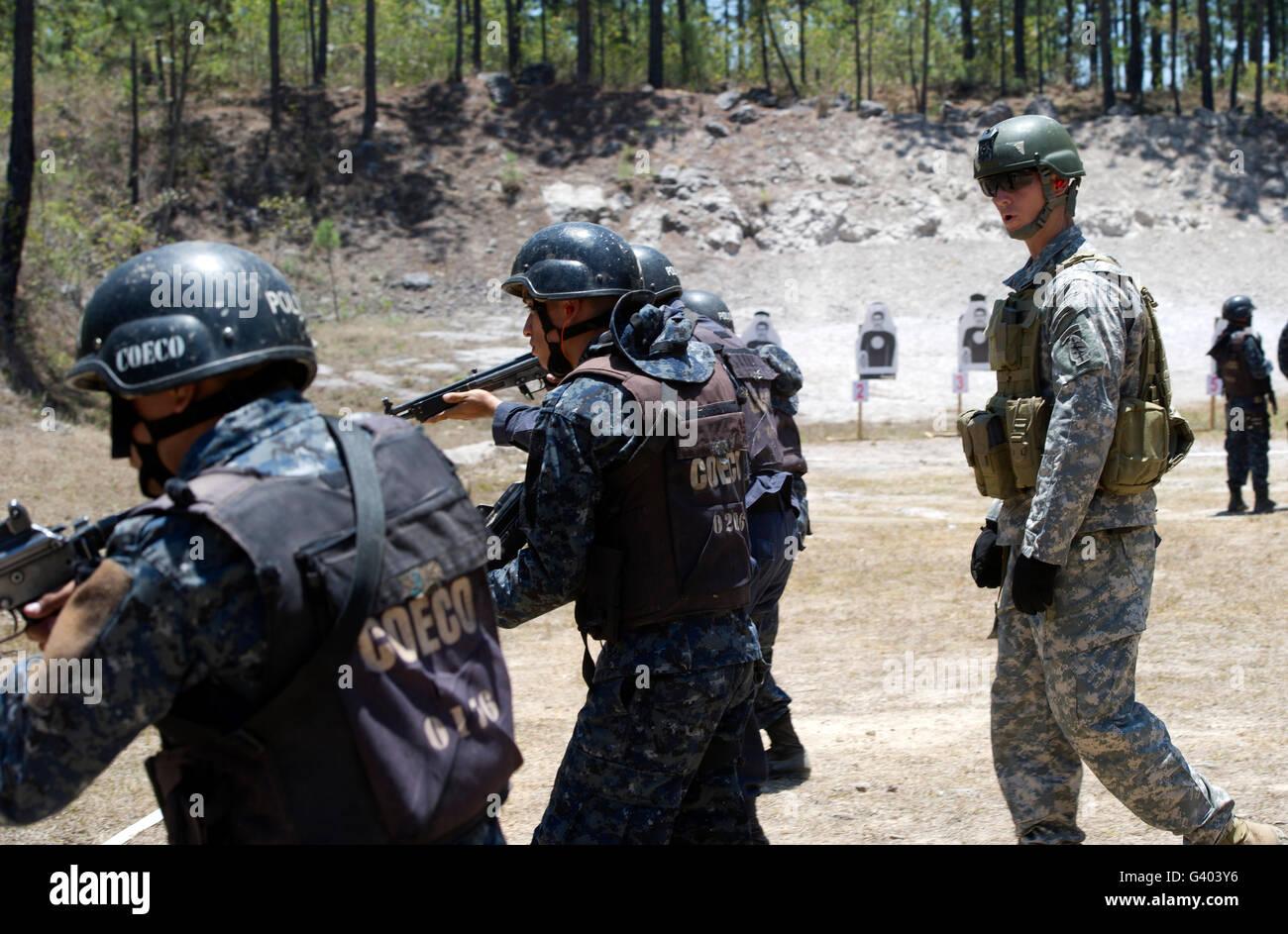 Un berretto verde passeggiate con TIGRES partecipanti durante il fucile  avanzate di formazione. Immagini Stock c1a3e1aa715d