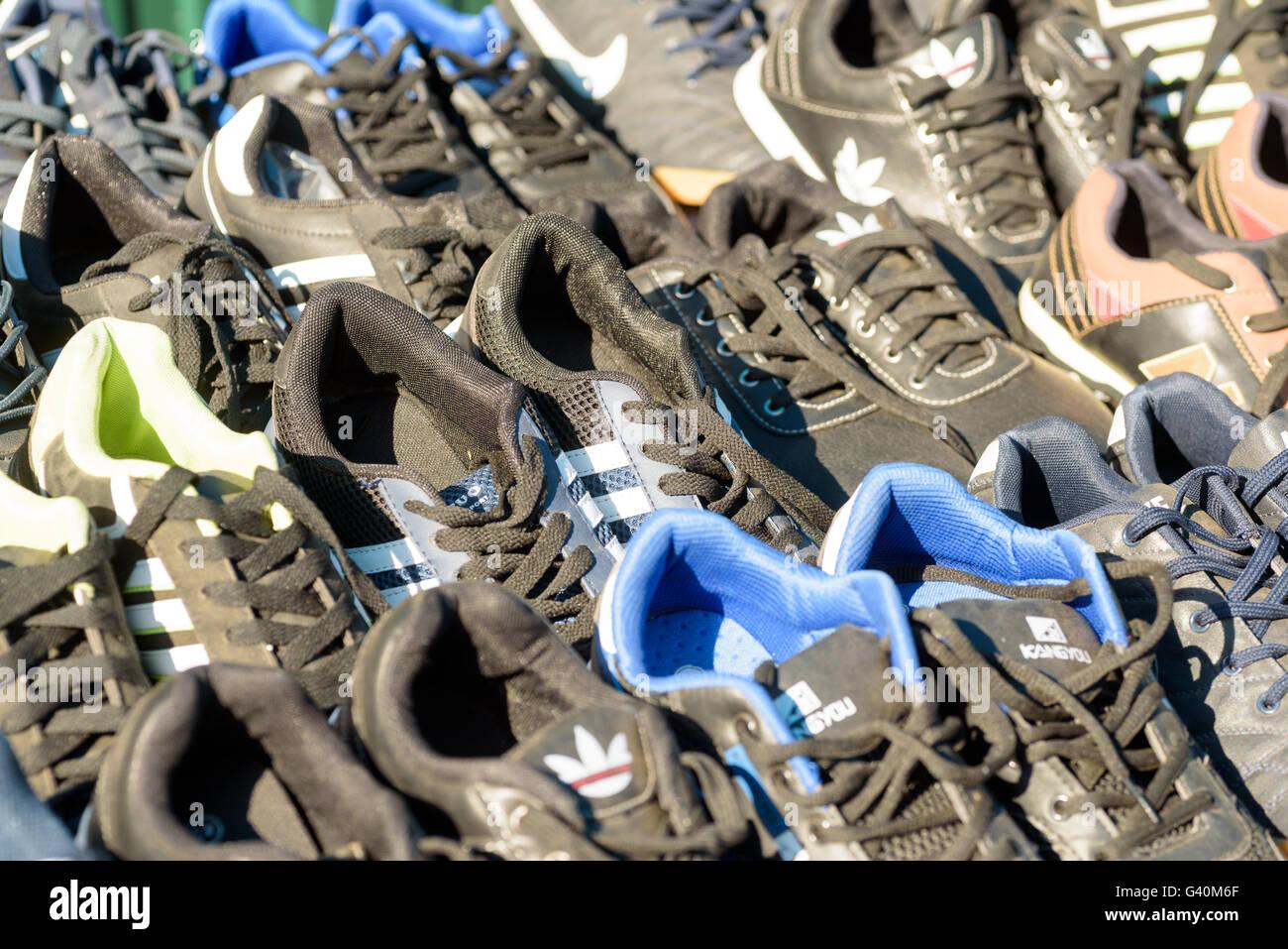 Fake imitazione delle scarpe sportive di vari marchi sportivi per la vendita  su un mercato esterno de812c101ec